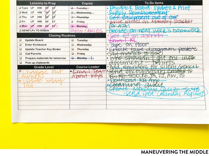 Every teacher needs some sort of organization system & my favorite is this planner alternative - the flexi. It meets all of my teacher needs! | maneuveringthemiddle.com